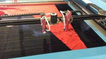 CO2 laser s podáváním materiálu